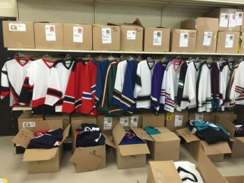LOT 900 CHANDAILS,JERSEYS HOCKEY ADULTES COULEURS LNH,15$CH-thumb